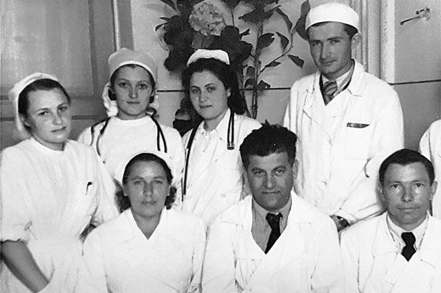 Доктор Лёвушкина (крайняя слева) в компании коллег - в Туве, 50-е годы.