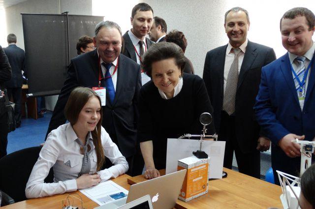 Наталья Комарова общается с начинающими программистами.