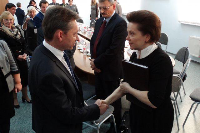 Дмитрия Попова поздравляет Наталья Комарова.