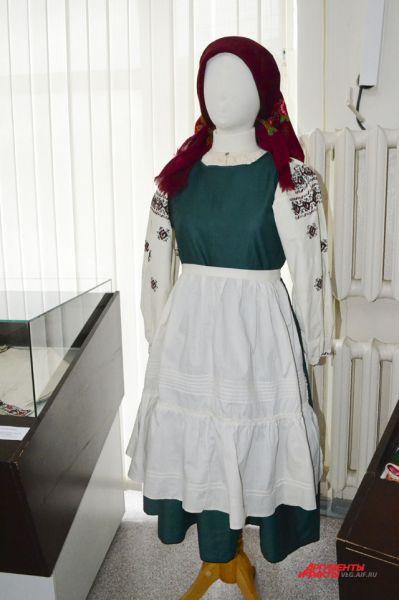 Украинский женский праздничный костюм. Черниговская губерния, начало 20 века.