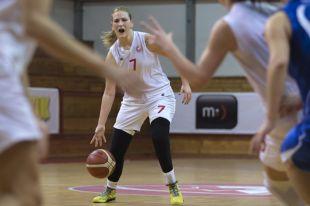 Баскетболистка Наташа Ковачевич скрыла протез под чёрным трико.