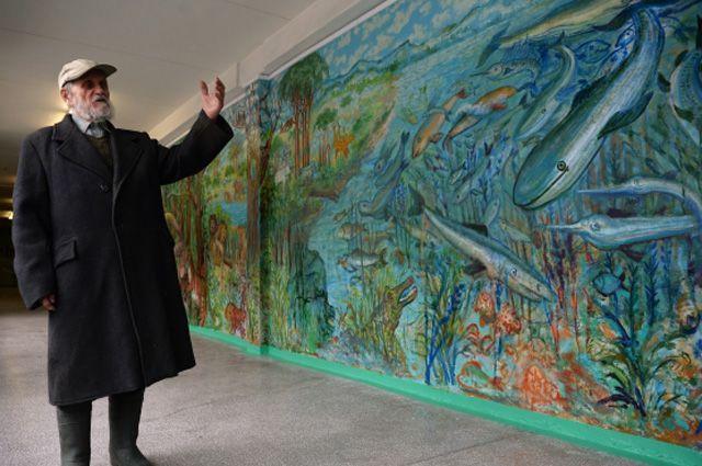 Бывший учитель ИЗО, 90-летний сторож школы Валерий Храмов, расписавший стены школы № 168 города Екатеринбурга.