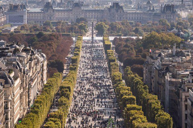 Елисейские Поля в Париже.