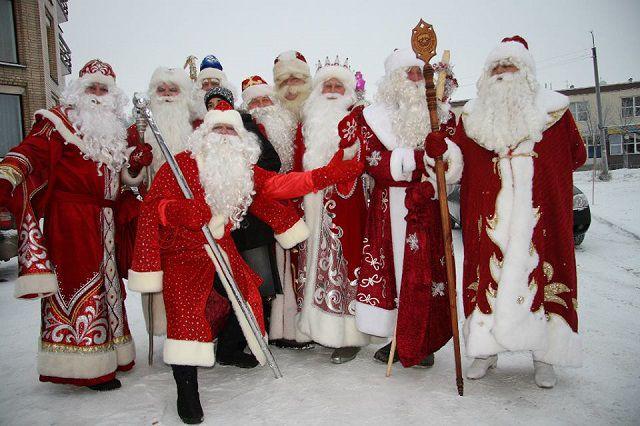 Этот слёт приурочен к открытию школы Дедов Морозов и Снегурочек.
