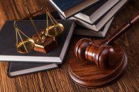 65-летний пенсионер вылил на судью ведро с помоями.