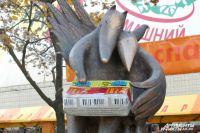 Памятник плавленому сырку «Дружба». У Вороны и Лисицы 200-килограммовый сырок однажды украли. Но донесли лишь до соседнего сугроба.