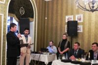Начальник отдела маркетинга ГК «Надежда» Сергей Кулешов с наградой.