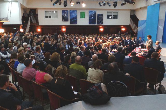 На встречу с губернатором пришли около 500 сургутян.