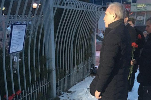 Губернатор Ульяновской области Сергей Морозов у офиса авиакомпании