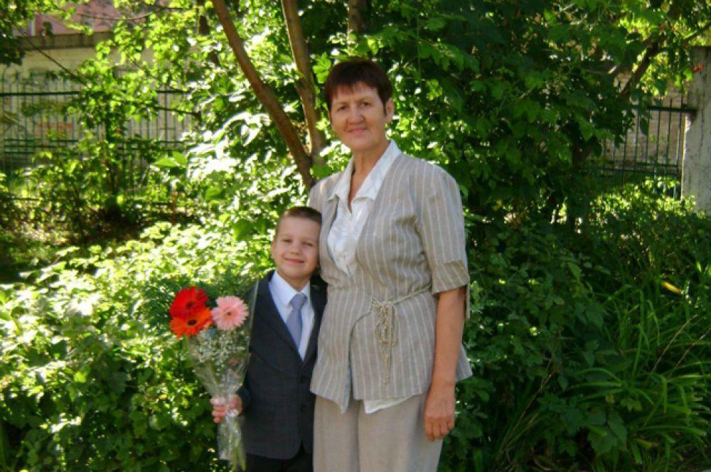 Кулешина Нина Яковлевна Самая лучшая мама и бабушка! На фото 1 сентября 2015 года - любимый внук Артем пошел в 1-й класс.  Мамочка всегда нам помогает: и в воспитании сына, и в домашних делах. Мы тебя любим!