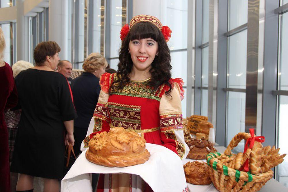 Гостей выставки встречали хлебом-солью.