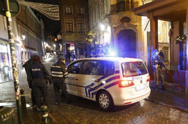 Бельгийская полиция и военные проводят обыски в центральных районах Брюсселя.