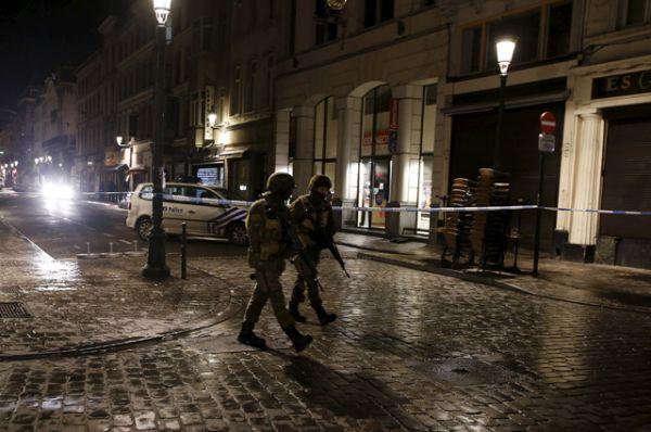 Солдаты патрулируют улицы Брюсселя.