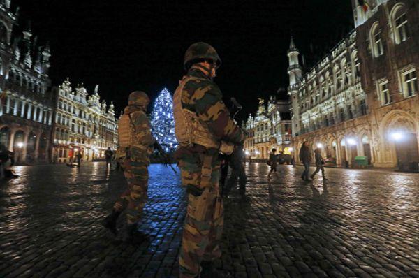 Полиция и военные патрулируют площадь Гранд-Плас.