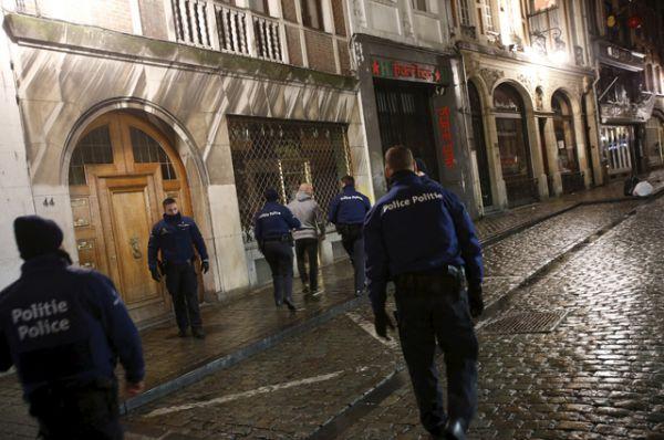 Бельгийские полицейские задержали одного из подозреваемых во время спецоперации в Брюсселе.