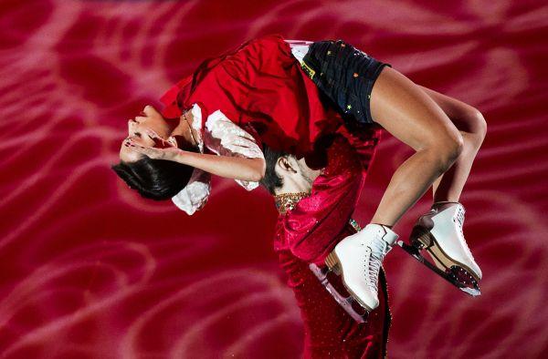 Золотые призеры Ксения Столбова и Федор Климов во время показательного выступления на V этапе Гран-при по фигурному катанию в Москве.