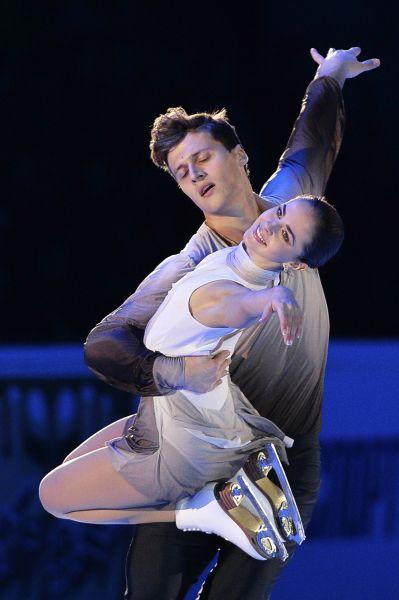 Наталья Забияко и Александр Энберт во время показательного выступления на V этапе Гран-при по фигурному катанию в Москве. Спортсмены заняли пятое место в парных соревнованиях.