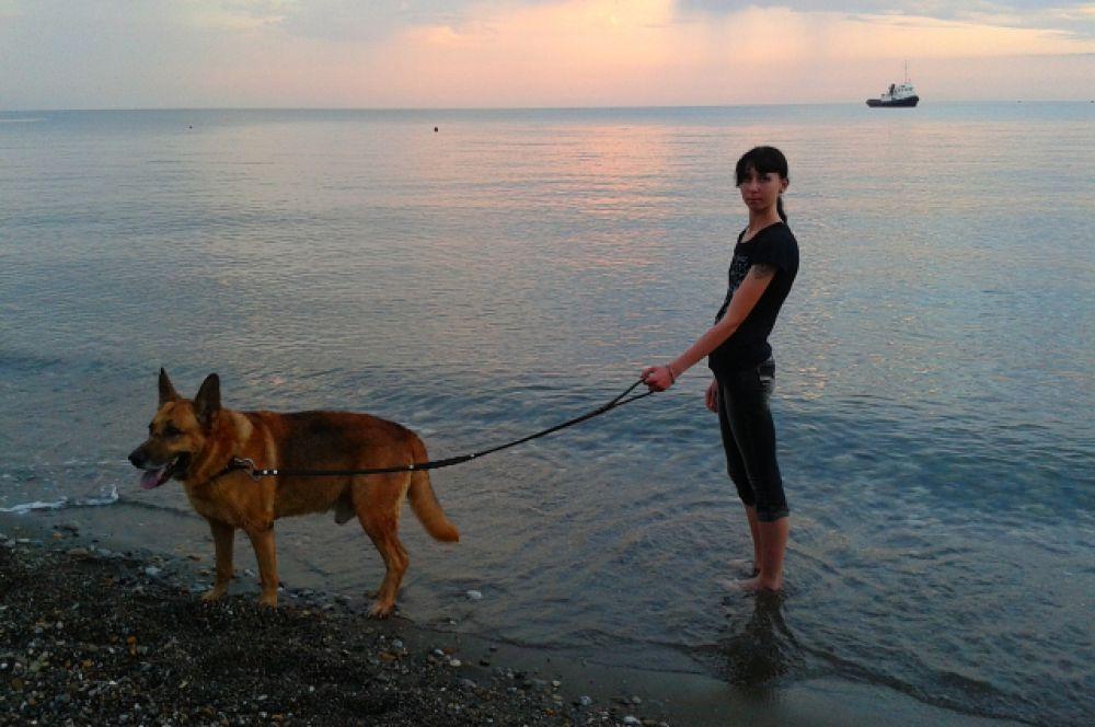Дарья Акневская представляет также овчарку Стиффа, который обожает плавать.