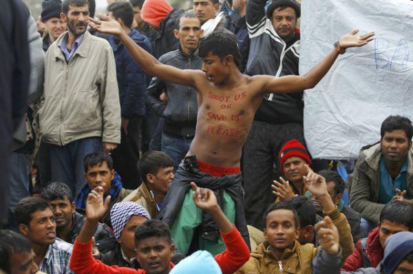 Мигранты устраивают демонстрацию перед македонской полицией.