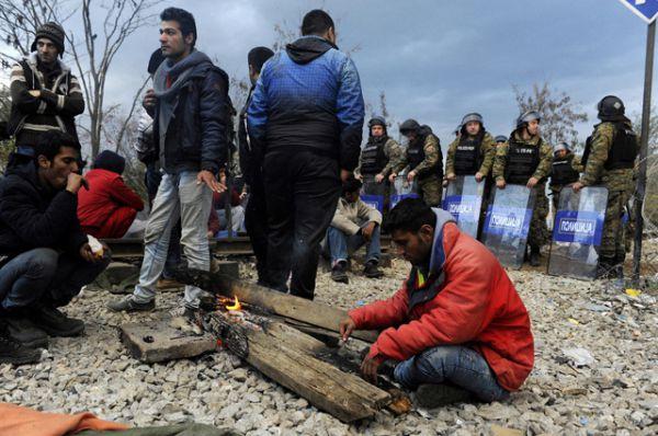 Македонские полицейские стоят на страже в районе села Идомени, Греция.