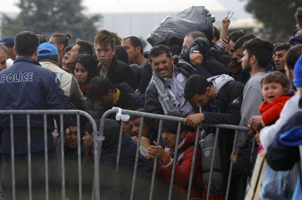 Беженцы пытаются прорваться через границу.