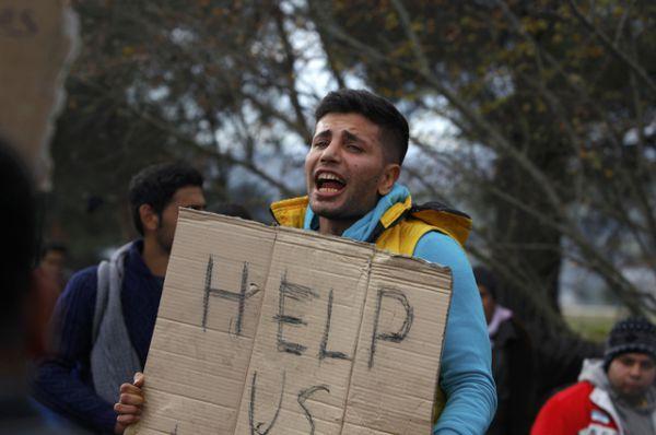 Люди стоят с плакатами и пишут лозунги с просьбой о помощи на своем теле.