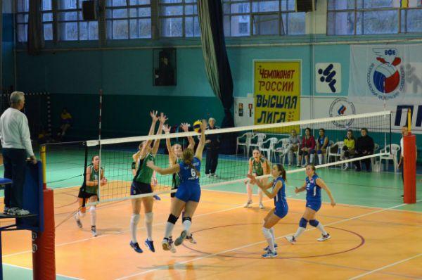 Право бороться за главный приз получили команды Волгодонска и ДонГАУ. На этом снимке - полуфинал, играют Таганрог и Волгодонск.