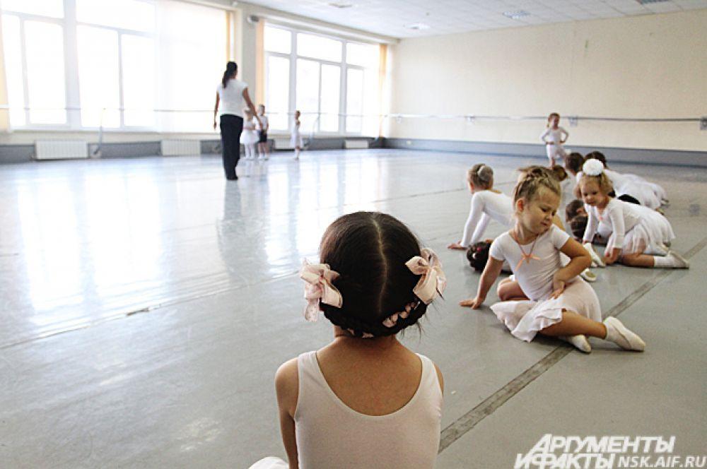 Будущие танцоры в ожидании урока.