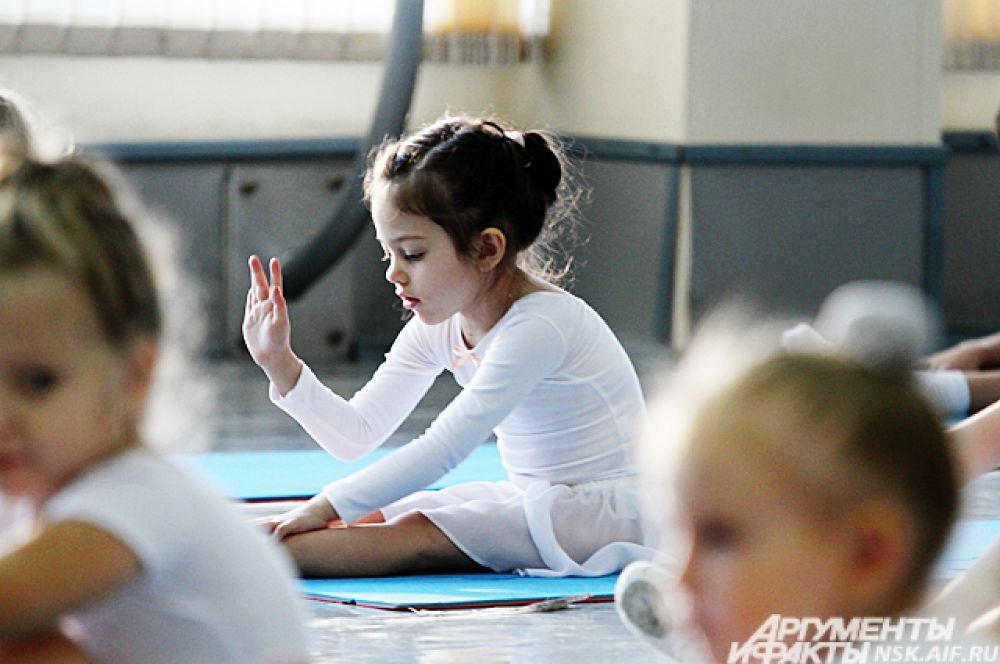 Детская танцевальная школа «100 тигрят» основана при НГХК с целью отбирать наиболее талантливых ребятишек в балетное училище.
