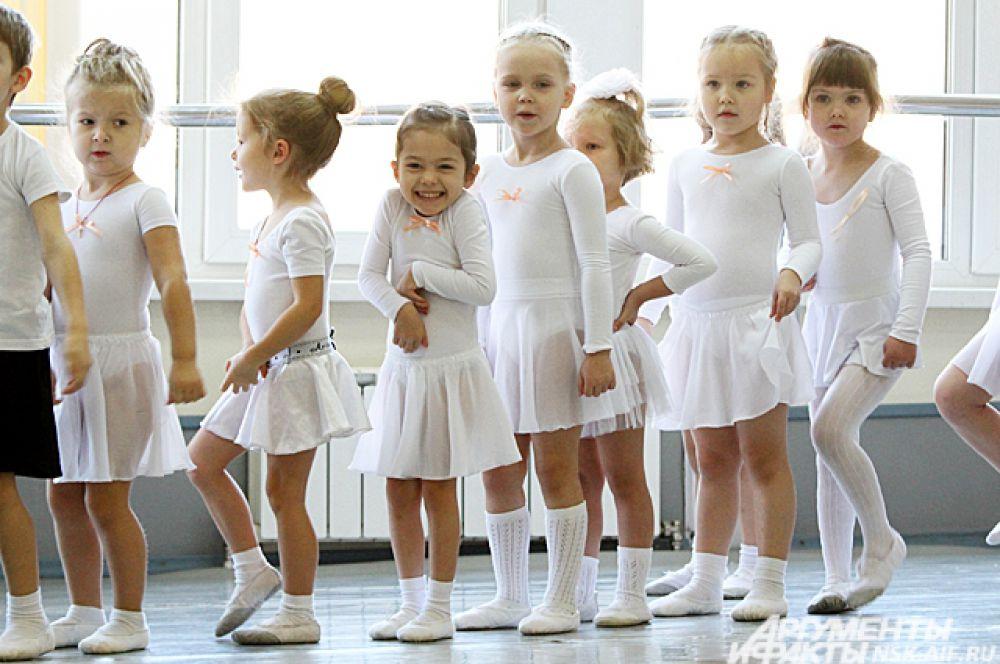 В школе действуют строгие правила: одинаковые белые купальники и юбочки, никаких страз и косметики.