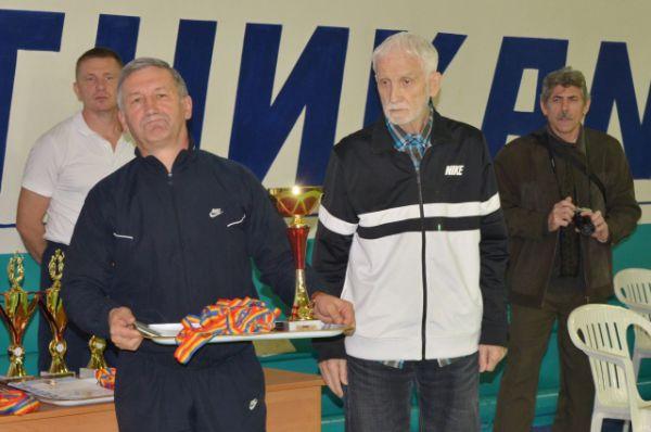 Заветный трофей в руках у председателя спорткомитета Волгодонска Александра Криводуда.