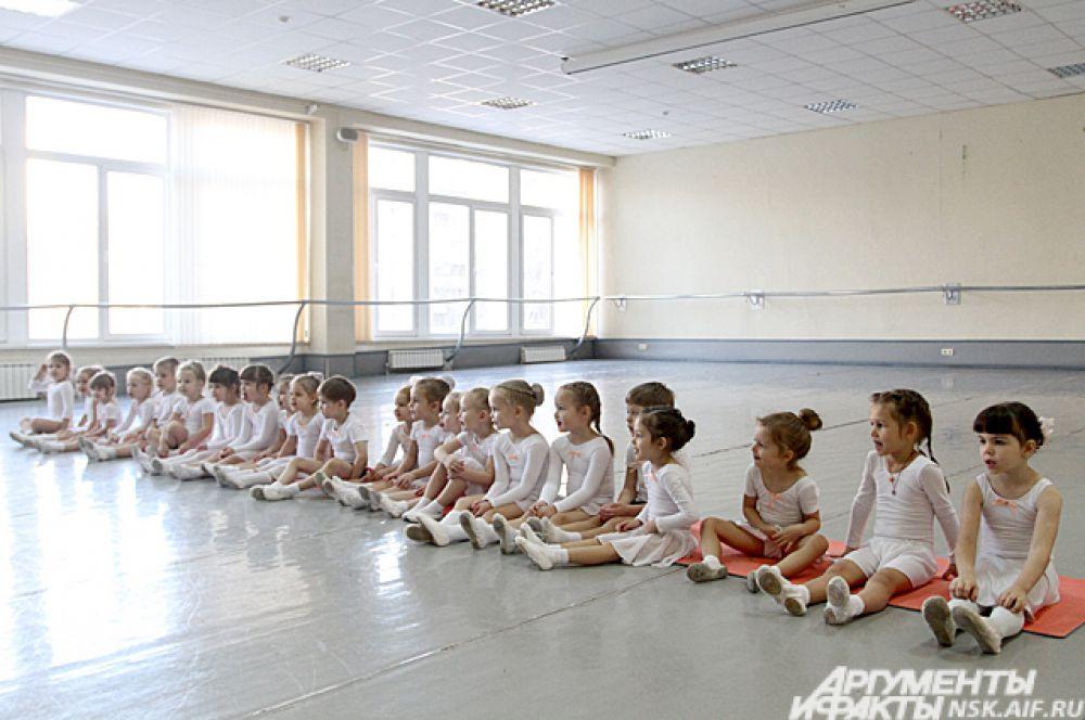 Возможно среди этих малышей есть будущие танцоры Новосибирского оперного театра.