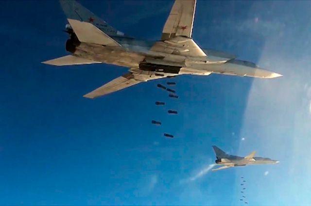 Бомбардировщики-ракетоносцы Ту-22 МЗ ВКС России во время нанесения авиаудара по объектам ИГ в Сирии.