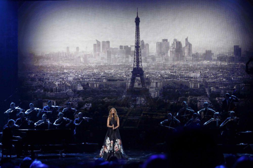 Одним из самых трогательных стало выступление Селин Дион, которая исполнила песню Эдит Пиаф «Гимн любви» в знак памяти о жертвах терактов в Париже.