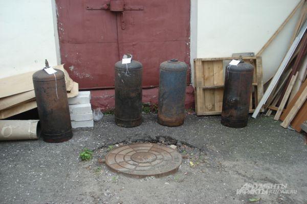 Четыре газовых баллона с места преступления.