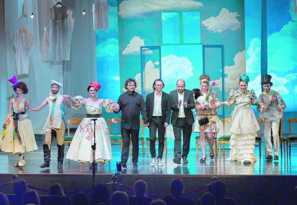 На сцене - артисты и создатели спектакля.