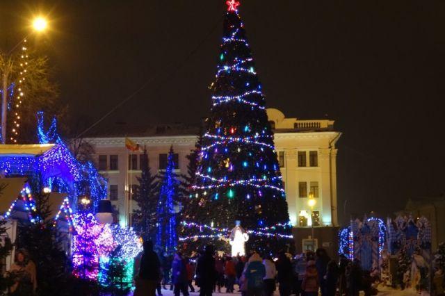 Центральную площадь города к празднику украсят ель, горка, праздничные павильоны и светодиодные фигуры.