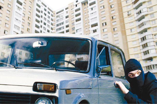 Пассажир угнал у таксиста автомобиль на АЗС.