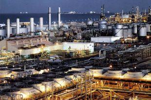 Нефтеперерабатывающий завод на восточном побережье Саудовской Аравии.