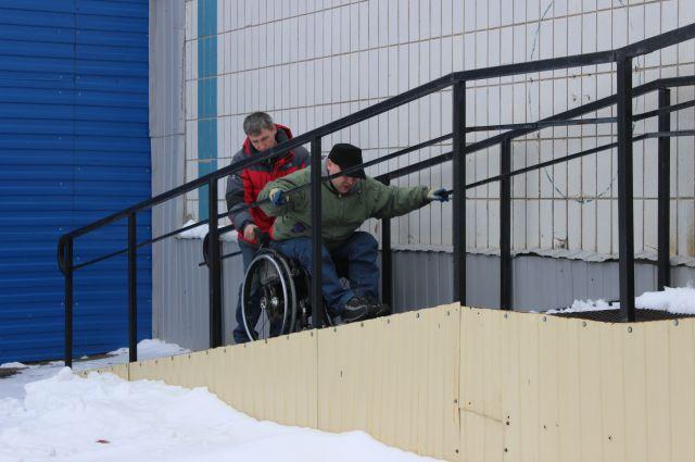 Инвалиды-колясочники сетуют - даже там, где есть пандусы, по ним зачастую невозможно подняться без посторонней помощи.