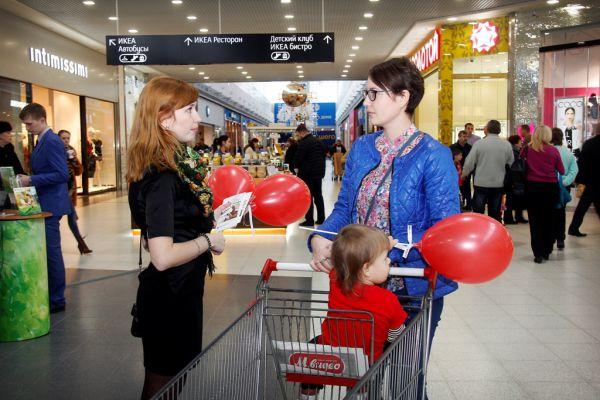 Сотрудник ДельтаКредит консультирует нижегородцев по программе ипотечного кредитования