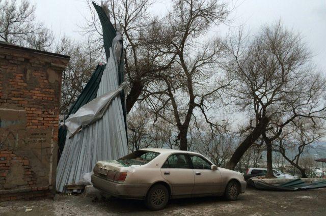 Серьёзно пострадали припаркованные на придомовой территории машины.