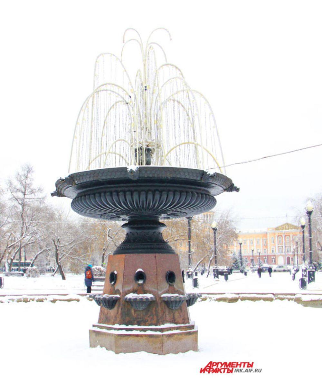 Уже установили полюбившийся иркутянам световой фонтан.