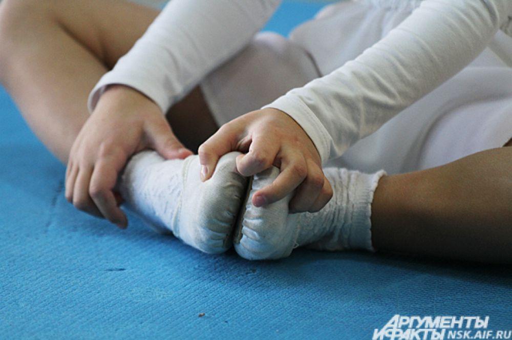 От активных танцев ноги у детей устают.