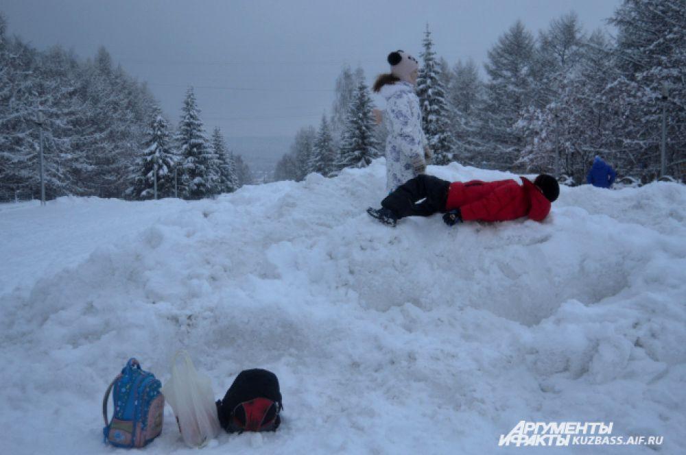 Счастливые школьники сразу же пошли покорять горы-сугробы, не обращая никакого внимания на прохожих.