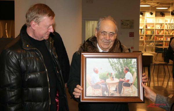 Минтимер Шаймиев подарил Центру картину.