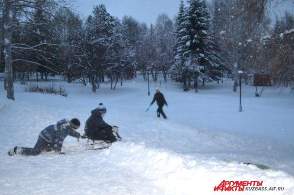Помимо детей с импровизированных горок с огромным удовольствием скатывались на ледянках и их родители.