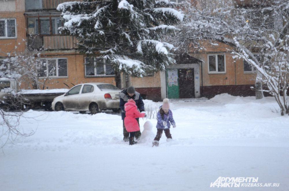 Дети сразу же вышли с родными лепить снеговика. Не слепить его в такую погоду было просто грех!