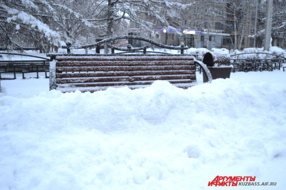 На лавочках посидеть кому-то вряд ли удалось, ведь снег сгребли прямо к ним.
