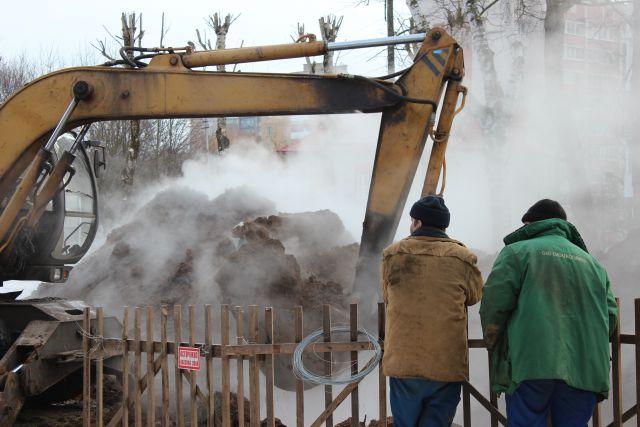 Смоляне должны быть готовы к тому, что этой зимой снова возможны коммунальные аварии. Фото с места прорыва теплотрассы на улице Фрунзе в феврале этого года.